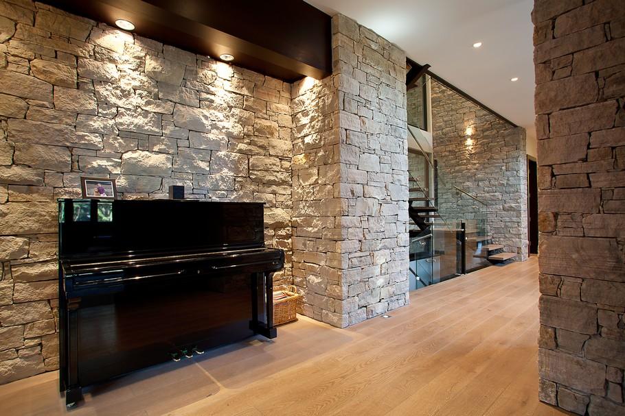 фото дизайн комнаты с диким камнем настенную плитку сможете